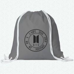 Mochila del grupo BTS en forma de sello con el nombre de los integrantes del grupo